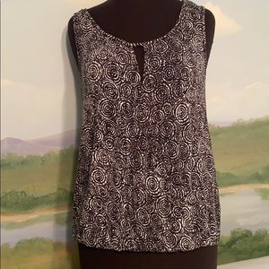 Max Studio circle pattern top with keyhole opening